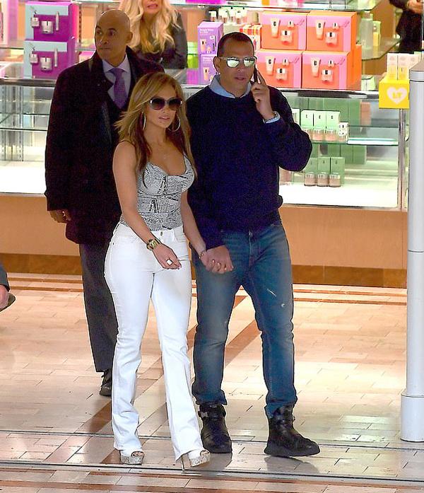 Jennifer Lopez vừa có ngày quay đầu tiên phim Hustlers tại một trung tâm thương mại ở New York hôm 26/3. Cô đến cùng vị hôn phu Alex Rodriguez.