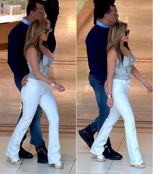 Nữ ca sĩ 49 tuổi mặc quần jean bó khoe vòng ba gợi cảm.