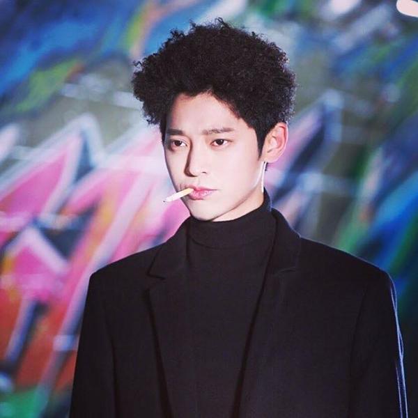 Nam ca sĩ Jung Joon Young.