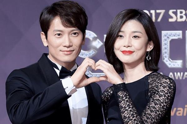Ji Sung và Lee Bo Young là một trong những cặp vợ chồng được nhiều người ngưỡng mộ nhất làng giải trí Hàn Quốc. Sau khi cùng nhau góp mặt trong bộ phim Save The Last Dance For Me, Ji Sung đã cảm nắngHoa hậu Hàn Quốc và kiên trì theo đuổi cô. Tuy nhiên, Bo Young chỉ coi anh như đồng nghiệp và chia sẻ muốn tìm bạn đời không thuộc làng giải trí. Trước sự từ chối của Lee Bo Young, Ji Sung thẳng thắn trả lời: Nếu vậy thì anh sẽ từ bỏ diễn xuất. Cảm động trước lời nói của Ji Sung, mỹ nhân họ Lee đã đồng ý hẹn hò với anh vào năm 2007. Sau 6 năm bên nhau, cặp đôi quyết định kết hôn vào năm 2013. Nam diễn viên nhiều lần chia sẻ, cưới Lee Bo Young là điều may mắn nhất anh có đượcvà mong muốn hai người sẽ nắm chặt tay nhau đến đầu bạc răng long. Sau khi có gia đình, Ji Sung cũng tránh xa mọi bữa tiệc, các buổi nhậu nhẹt để dành thời gian chăm sóc vợ con. Tháng 2 vừa qua, Lee Bo Young sinh một bé trai kháu khỉnh sau 3 năm con gái đầu lòng chào đời.