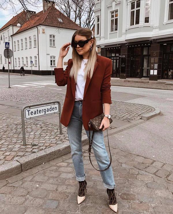 Đối với các bạn gái ở khu vực phía Bắc, áo khoác mỏng thiết kế trên các chất liệu vải nỉ, dạ... vẫn là trang phục hữu dụng.