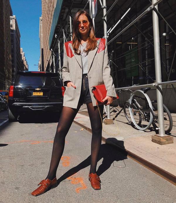 Ngoài việc kết hợp với jeans, quần âu, quần kaki, balzer còn được những cô nàng yêu vẻ đẹp sexy phối cùng short và chân váy ngắn.