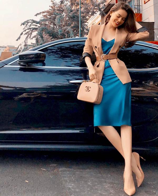 Diện balzer đi kèm đai lưng vải hay các kiểu dây thắt lưng da là phong cách được nhiều fashionista yêu thích. Hồ Ngọc Hà ghi điểm tuyệt đối khi áp dụng công thức mix - match này.