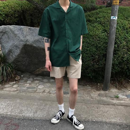 Sơ mi cổ vest, sơ mi dáng rộng cũng là các kiểu áo được chọn lựa để phối hợp cùng short cho mùa hè.