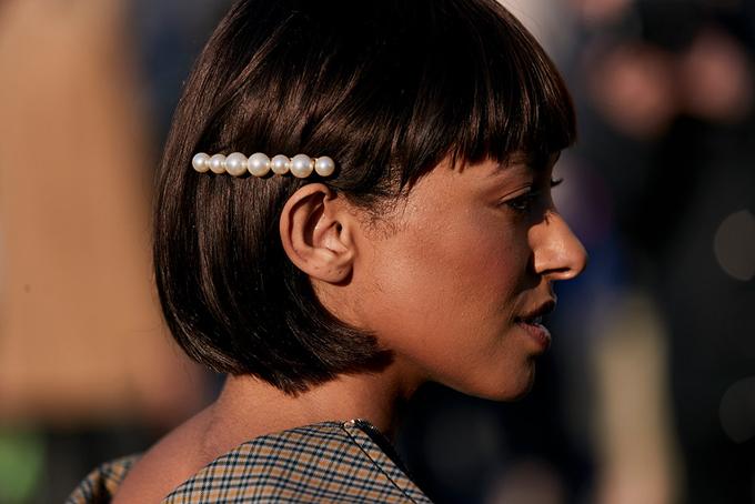 Không giống như phong cách chải chuốt, cầu kỳ của sao Việt khi đi sự kiện, kẹp tóc ngọc trai được dùng một cách tùy ý trên nhiều kiểu tóc khác nhau.