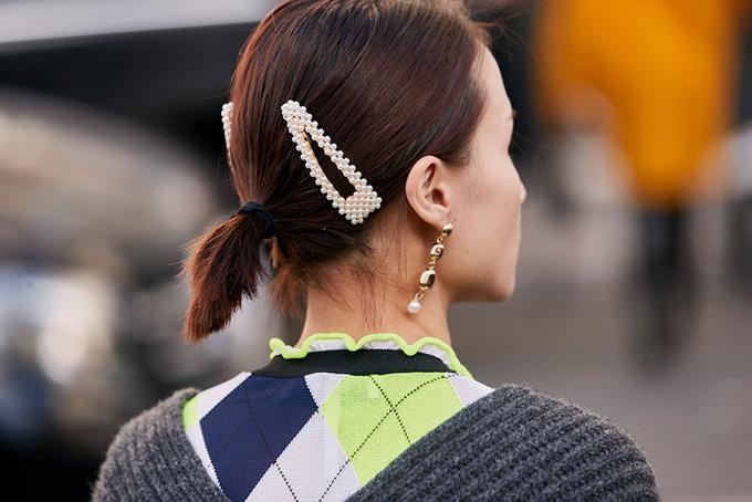 Kẹp đính cườm được sử dụng nhiều cách khác nhau. Tuy nhiên, các nàng nên tránh việc ôm đồm quá nhiều trang sức khi xuống phố, tóc pop, tóc uống setting hay tóc suông dài vẫn thích hợp hơn cả các kiểu tóc chổi cùn.