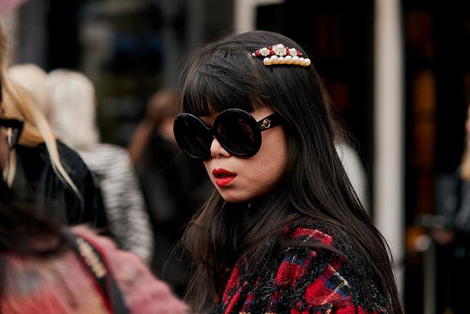 Đối với những cô nàng sở hữu mái tóc suông, đen dài thì các kiểu kẹp dài đính hàng ngọc trai sẽ tạo nên điểm nhấn bắt mắt.