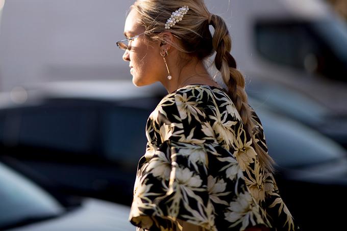 Khi xuống phố với các kiểu tóc búi, tóc tết đuôi sam... chị em vẫn có thể dùng kẹp tóc hot trend để tăng sức hút.