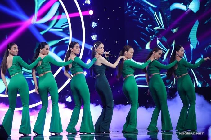 Hương Giang, Hoàng Thùy đọ vẻ gợi cảm ở sự kiện - 2