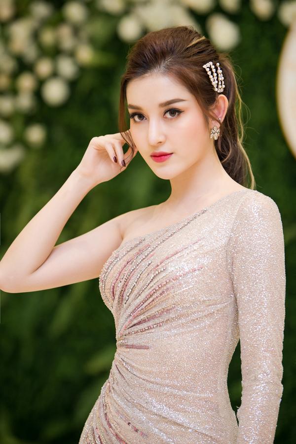 Thời gian này cô khá bận rộn vì phải di chuyển liên tục giữa hai miền Nam - Bắc để quay quảng cáo và chạy show event. Cô cũng vừa có chuyến công tác sang Myanmar.