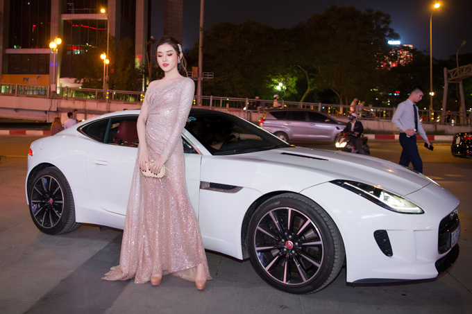 Người đẹp chia sẻ từ lúc có xe ô tô riêng, cô thường xuyên sử dụng làm phương tiện hàng ngày. Khi đi event, cô sẽnhờ bố hoặc mẹ làm tài xếvà tháp tùng mình.