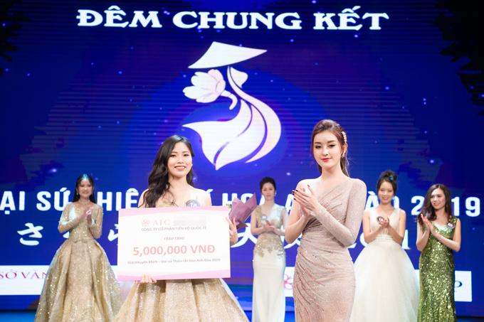 Người đẹp lên sân khấu trao giải cho thí sinh có phần thi hùng biện ấn tượng nhất trong cuộc thi.