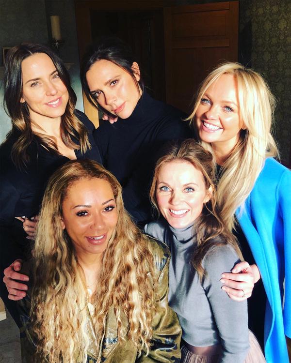 5 thành viên Spice Girls trong một cuộc hội nhóm để thảo luận về chuyến lưu diễn.