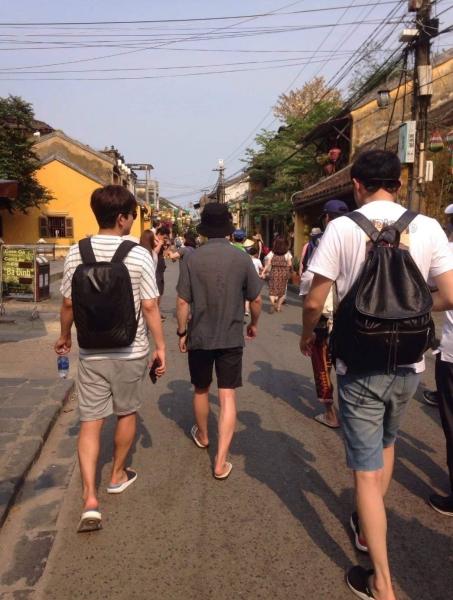 Nam diễn viên đội nón đen thăm quan phố cổ Hội An.