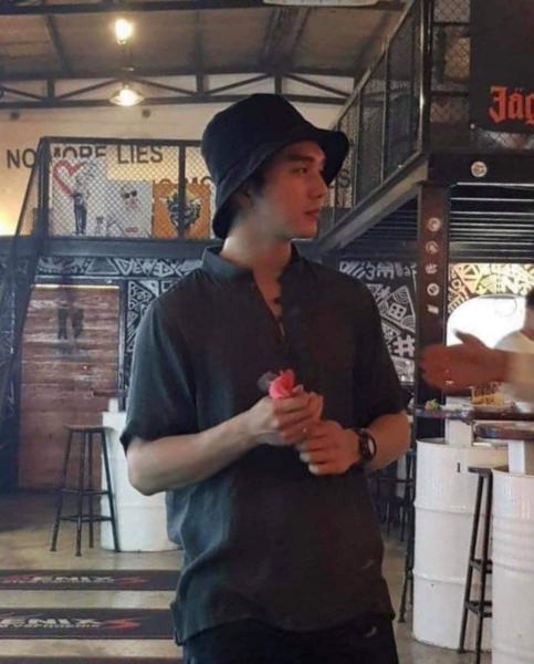 Yoo Seung Ho quần đùi áo phông dạo phố cổ Hội An - 2