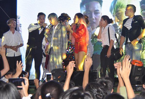 Jay Hoo (vest kẻ) khóc khi chia sẻ bệnh tình trong đêm nhạc ở Quảng Bình hôm 21/3.