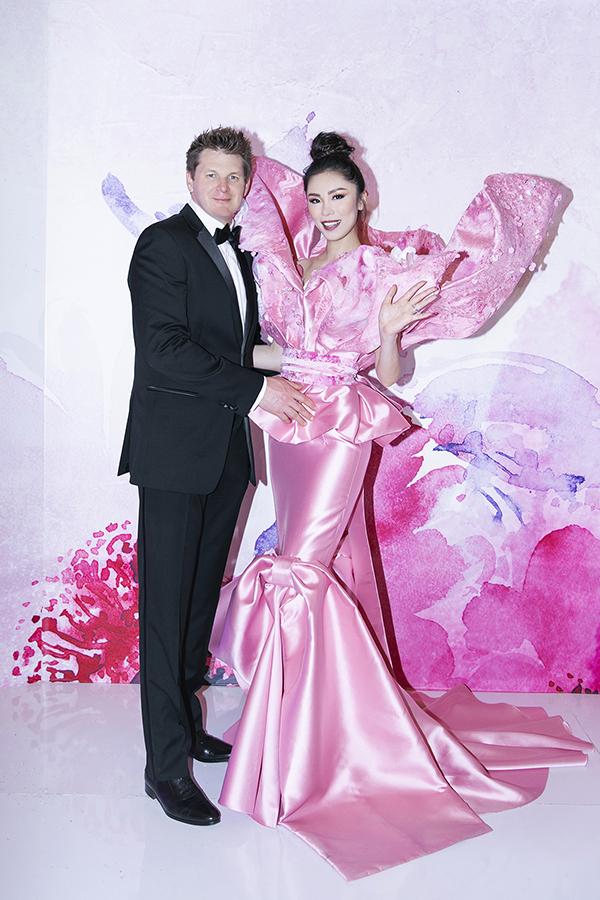 Hoa hậu Hoàn vũ 2007 Riyo Mori được ông xã tháp tùng khi tham dự đại nhạc hội Son 3 diễn ra ngày 30/3.
