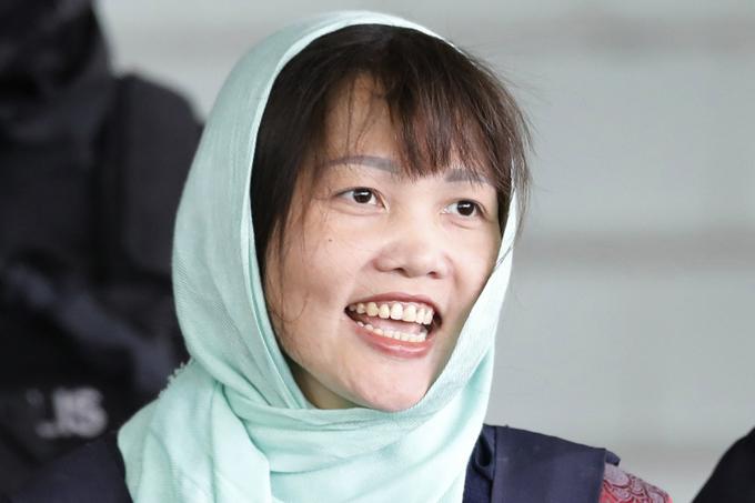 Đoàn Thị Hương cười tươi rời tòa sau khi thoát án giết người sáng 1/4. Ảnh: AP.
