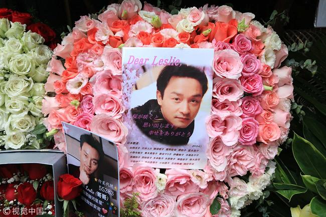 Ngày mất của Trương Quốc Vinh, khán giả hâm mộcũng tề tựu bên khách sạnMandarin - nơi anh từng gieo mình tự tử để đặt vòng hoa, ảnh, poster bày tỏ niềm thương nhớ. Trương Quốc Vinh đã có 26 năm hoạt động nghệ thuật đầy vinh quang, được ca tụng như Người đi tiên phong của làng nhạc Cantopop Hong Kong. Nổi tiếng nhưng Quốc Vinh cũng là ngôi sao cô đơn, anh được cho là chịu đựng sự trầm cảm một thời gian dài trước khi tìm đến cái chết bằng cách gieo mình xuống đất từ phòng khách sạn.