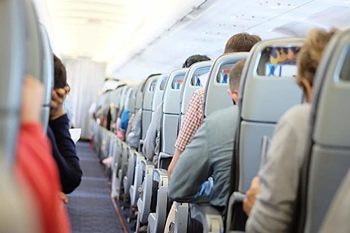 Mở cửa sổ, gập bàn ăn, dựng đứng lưng ghế lúc máy bay sắp cất và hạ cánh là 3 yêu cầu mà bất kỳ người đi máy bay nào cũng biết, bởi chúng được nhắc đi nhắc lại trong mỗi chuyến bay, nhất là khi bay ngang vùng thời tiết xấu. Bạn buộc phải dựng đứng lưng ghế, gập bàn ăn phía trước để hành khách bên cạnh có thể thuận lợi thoát ra ngoài trong trường hợp máy bay gặp sự cố. Việc mở cửa sổ giúp lực lượng cứu hộ có thể nhanh chóng xác định vị trí người bị nạn bên trong máy bay từ bên ngoài.