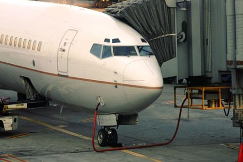Máy bay không bao giờ nạp đầy nhiên liệu vì chúng khá nặng nề. Mức nhiên liệu vừa đủ giúp tiết kiệm chi phí. Do đó khi thời tiết xấu, phi công có thể phải hạ cánh khẩn cấp vì hết nhiên liệu.