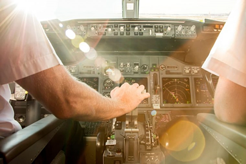 Một số hãng hàng không không cho phép cơ trưởng và cơ phó ăn chung với nhau. Họ phải ăn thức ăn từ hai nhà bếp khác nhau, để đảm bảo rằng không có trường hợp cả hai người cùng bị ngộ độc thực phẩm một lúc.