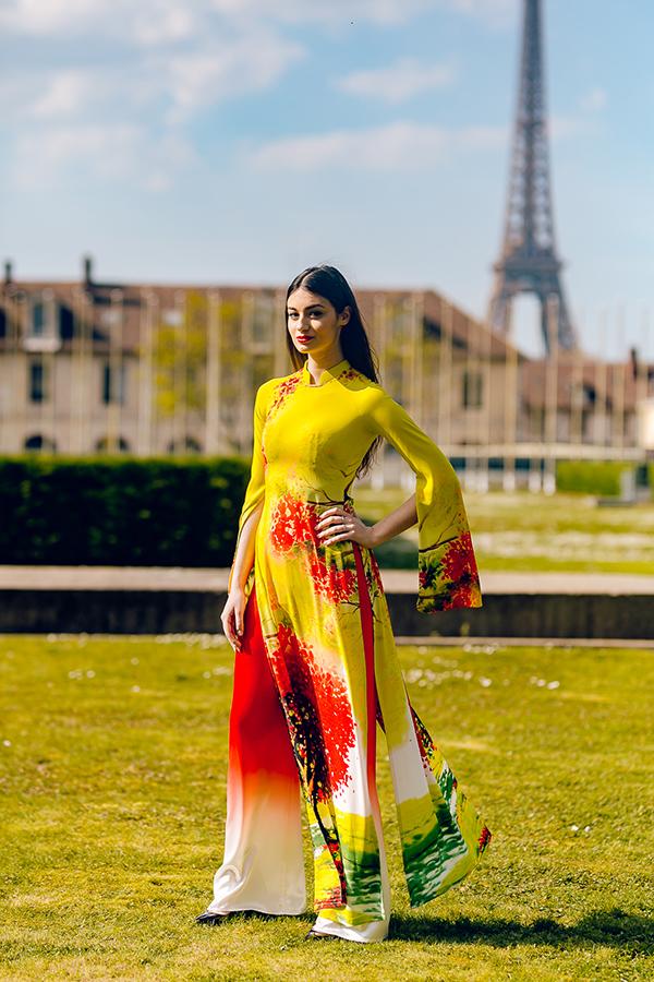 Nét đẹp Á đôngđược các người đẹp Pháp thể hiện khi khoác lên mình tà áo dài cách điệu in hình hoa, lá và tranh Đông Hồ của Việt Nam.