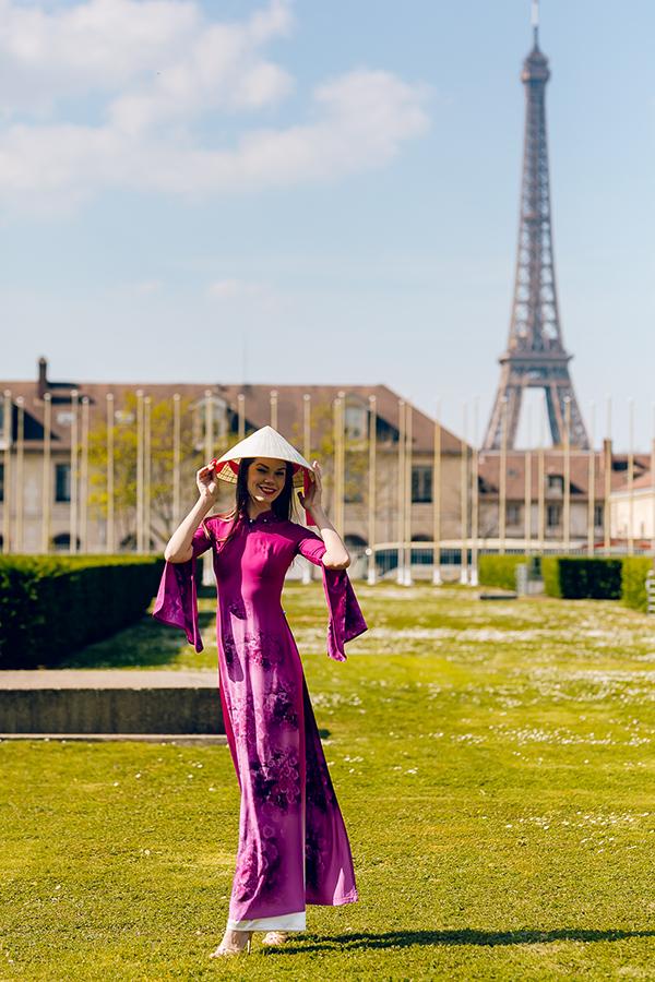 Nhà thiết kế mang theo cả nón lá để các người mẫu Pháp kết hợp vớiáo dàichụp hình tạitrụ sở chính của UNESCO.