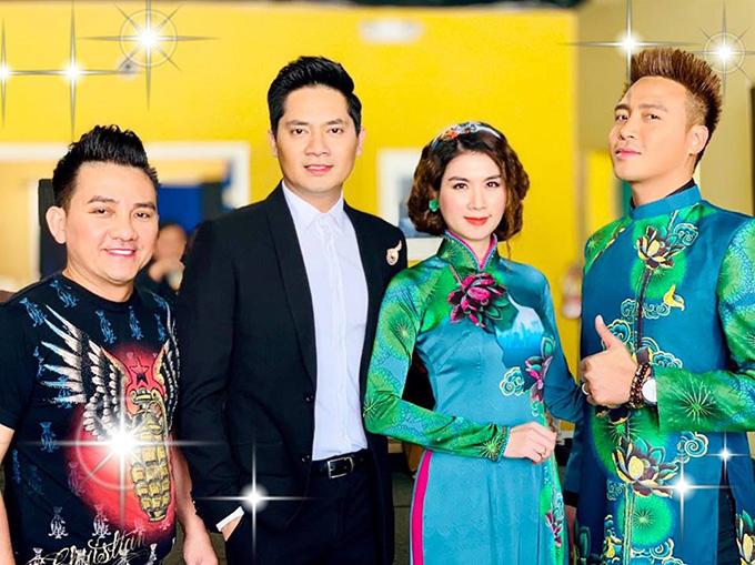 Nghệ sĩ Anh Vũ chụp ảnh kỷ niệm cùng diễn viên Minh Luân và vợ chồng Kha Ly - Thanh Duy.