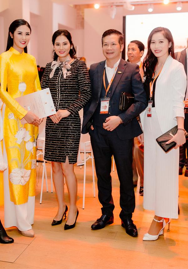 Cô còn hội ngộ với vợ chồng Shark Hưng - Thu Trang (bên phải). Cặp đôi có mặt tại Pháp để tham gia chương trình với tư cách khách mời.