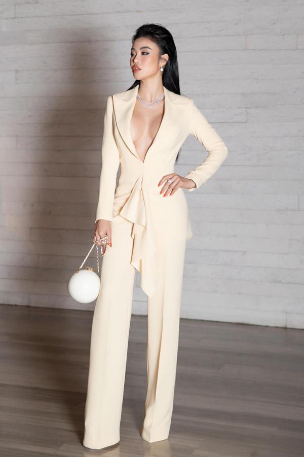 Cùng với trang phục khoe hoảng hở táo bạo, Julia Hồ còn chọn thêm bộ phụ kiện kim cương có giá 10 tỉ.