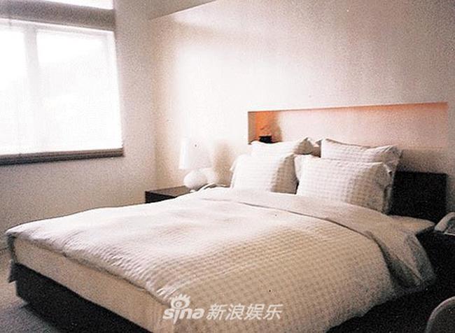 Gian phòng ngủ với màu sắc nhã nhặn, cửa sổ hướng ra biển.