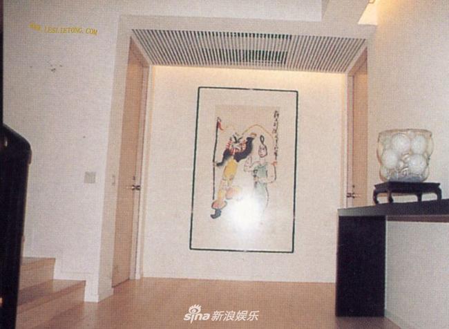 Trong một bức tường nhà, Trương Quốc Vinh treo bức họa Bá Vương Biệt Cơ - bộ phim gắn liền với tên tuổi của ngôi sao Hong Kong trong những năm tháng đỉnh cao sự nghiệp.