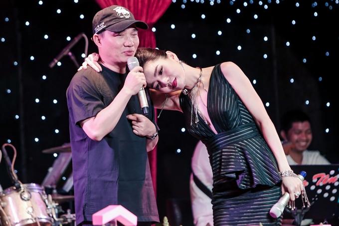 Lệ Quyên e ấp dựa bờ vai Quang Linh trong chương trình.