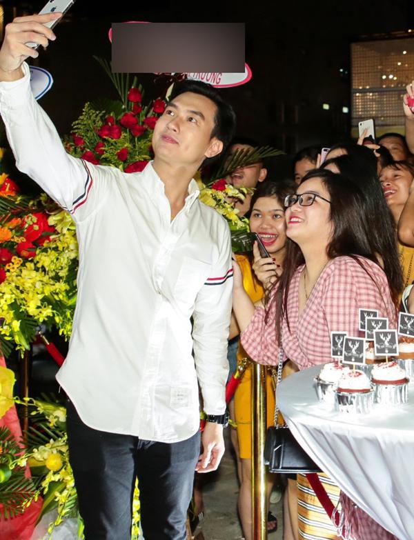 Diễn viên Anh Tuấn của phim Gạo nếp, gạo tẻ vui vẻ chụp ảnh selfie cùng một nhóm bạn trẻ.