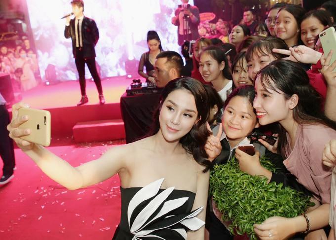 Diệp Lâm Anh vui vẻ chụp ảnh cùng các fan tại sự kiện tối 2/4. Người đẹp chia sẻ, cô muốn đợi con gái được hơn một tuổi mới quay lại với các hoạt động nghệ thuật. Diệp Lâm Anh hy vọng có cơ hội hóa thân thành đả nữ.