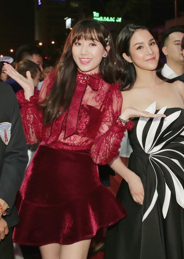 Hari Won quen biết Diệp Lâm Anh ở chương trình Cuộc đua kỳ thú. Gặp lại nhau hai người đẹp đều vui mừng, trò chuyện tíu tít.