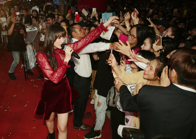 Hari Won thân thiện bắt tay, giao lưu cùng người hâm mộ.