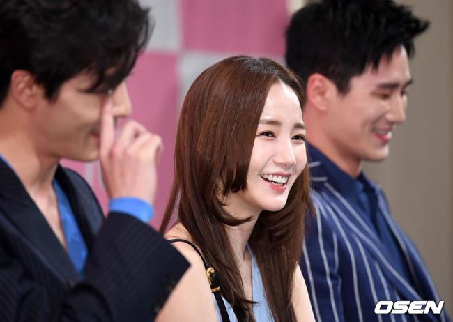 Búp bê dao kéo Park Min Young lọt thỏm bên hai mỹ nam - 7