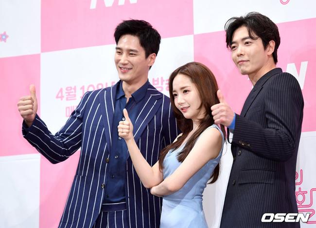 Park Min Young bên thần tượng và sếp. Hai vai nam chính do tài tử  Kim Jae Wook và Ahn Bo Hyun đóng.