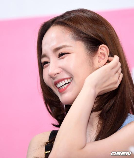 Không hổ danh là búp bê dao kéo, Park Min Young đẹp rạng rỡ.