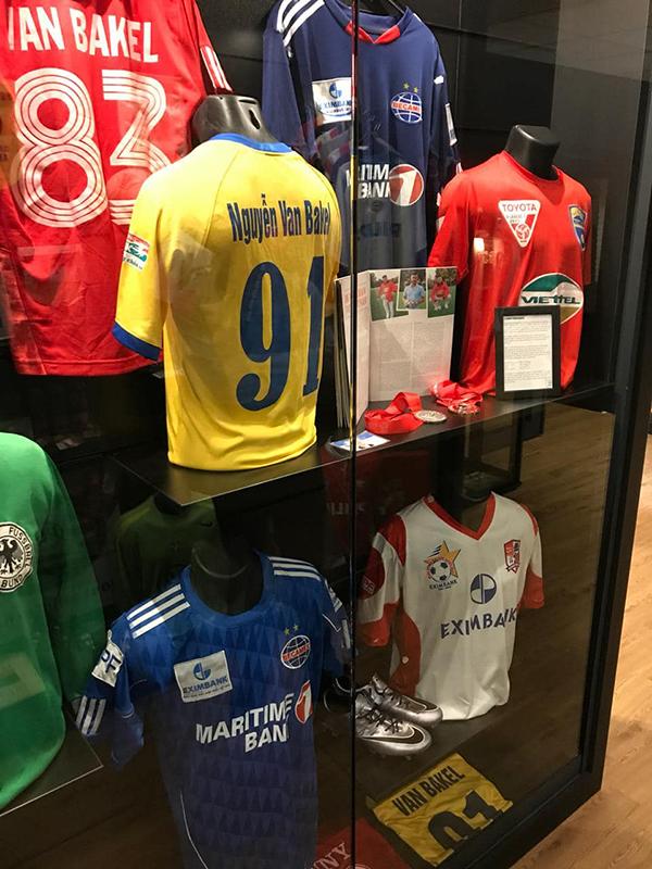 Loạt áo đấu của Van Bakel trong bảo tàng HLV Van Gaal và các cộng sự mới mở ở Hà Lan. Ảnh: FB.