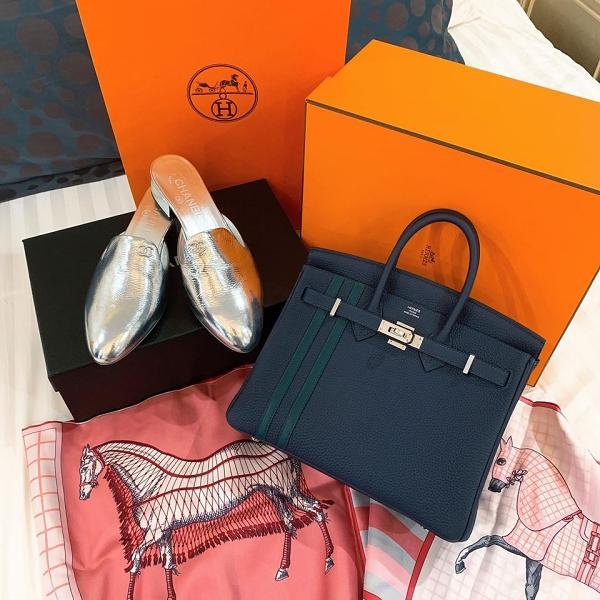 Nổi bật là chiếc túi Hermès Birkin 25 Officer phiên bảngiới hạn, giá hơn 300 triệu đồng vớichi tiết khóa làm từ kim loại quý palladium và đường vân chạy dọc thiết kế. Đôi Mules ánh bạc của thương hiệu Chanel ngót nghét gần 20 triệu đồng cũng là món quà mà Thu Hằng nhận được trong dịp sinh nhật.