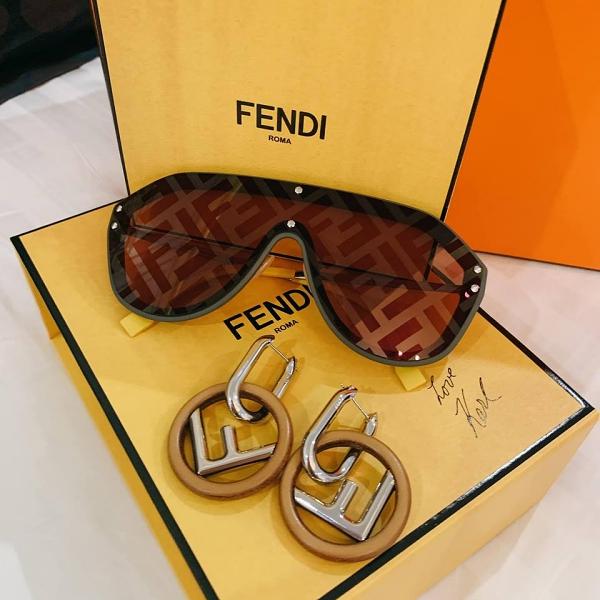 Mắt kính và bông tai thuộc bộ sưu tập Xuân hè 2019 của Fendi tổng giá trị hơn 28 triệu đồng.