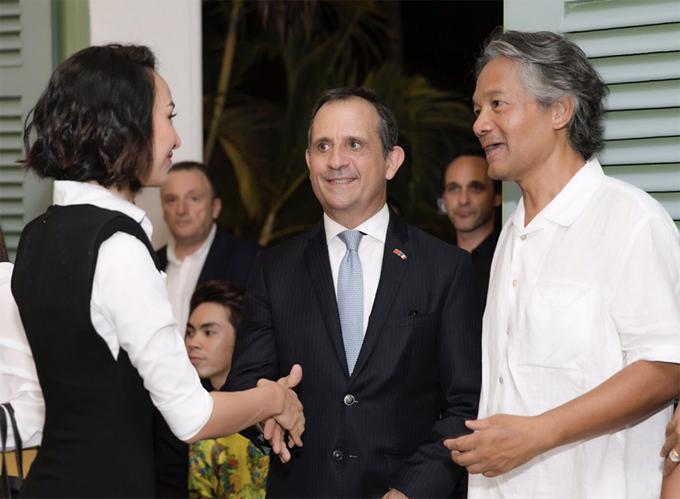 Hoa hậu Du lịch 2008 bắt tay chào hỏi ngài Tổng Lãnh sự Pháp tại Việt Nam - Vincent Floreani (giữa).