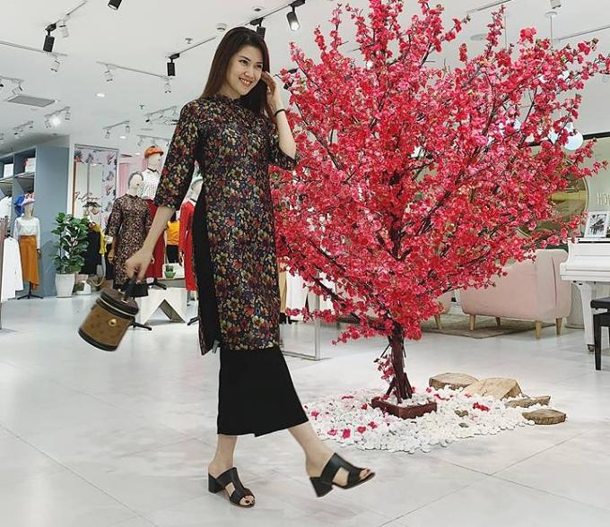 Trong giới showbiz, Thu Hằng là một tay chơi hàng hiệu kín tiếng. Cô sở hữu nhiều túi xách, trang phục đắt tiền củaChanel, Louis Vuitton, Hermes, Dior, Valentino, Gucci, Versace, Saint Laurent, Dolce & Gabbana...