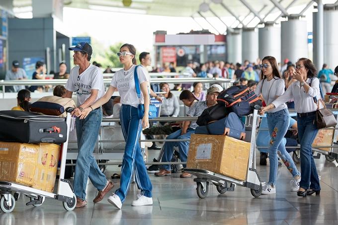 Thời gian bố mẹ về Việt Nam, Lệ Hằng dành toàn bộ thời gian đưa ông bà thăm quê nhà ở Đà Nẵng hay ăn uống, du lịch. Trong năm, Á hậu cũng cố gắng bay sang Mỹ đoàn tụ, chăm lo sức khỏe cho bố mẹ.