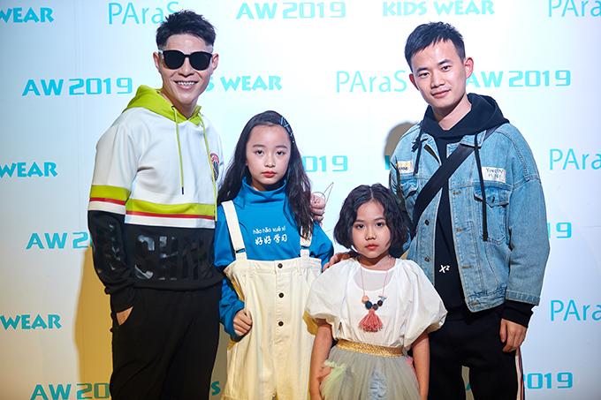 Đạo diễn Nguyễn Hưng Phúc (kính đen), Phương Anh (áo xanh), Khánh An (váy trắng) và nhà thiết kế tại Thượng Hải.