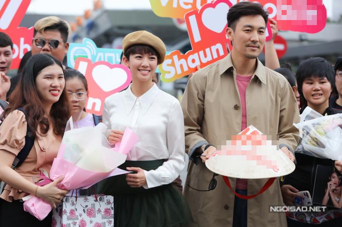 Hai diễn viên TVB được tặng nón lá ngay khi đáp xuống sân bay Tân Sơn Nhất.