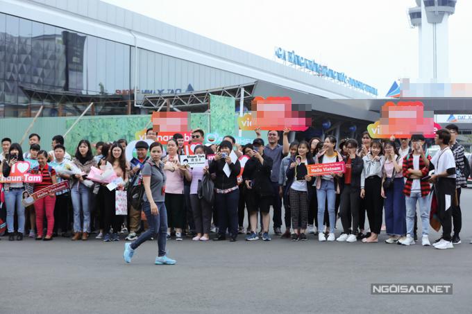 Fan của họ túc trực tại sân bay từ sớm, mang theo biểu ngữ và tên fanclub tại Việt Namđể chào đón thần tượng.